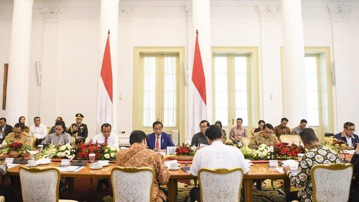 Presiden Joko Widodo (tengah) memimpin rapat terbatas (ratas) di Istana Bogor, Jawa Barat, Selasa (4/2/2020). ANTARA FOTO/Hafidz Mubarak A