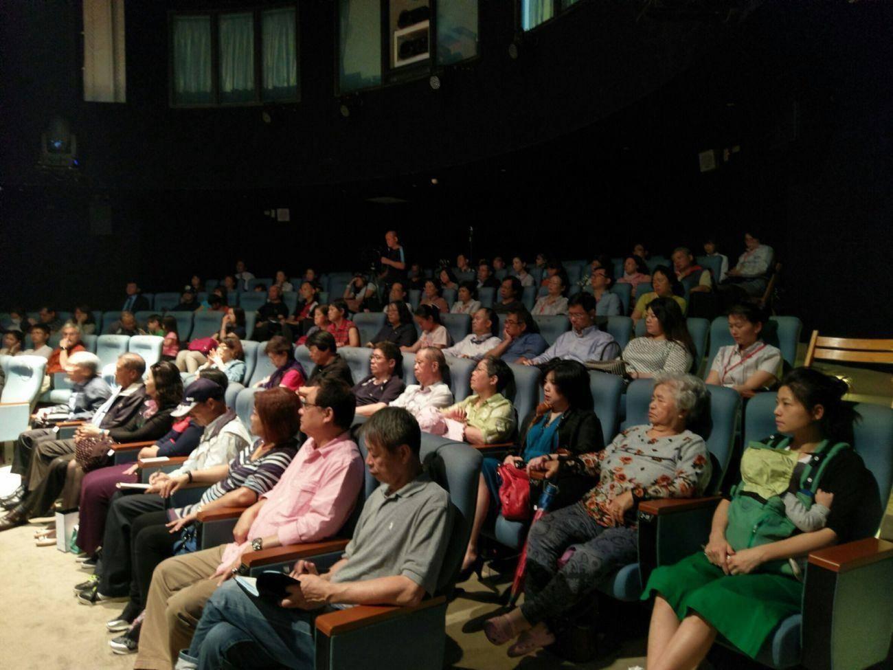 張董事長與聽眾互動,接受聽眾的提問! 風趣特殊的回答,觸動聽眾內心,引發聽眾深深思考!