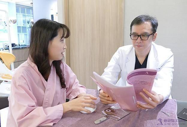 極緻醫美張豐瑞醫師為想隆乳的媽媽做仔細的術前評估