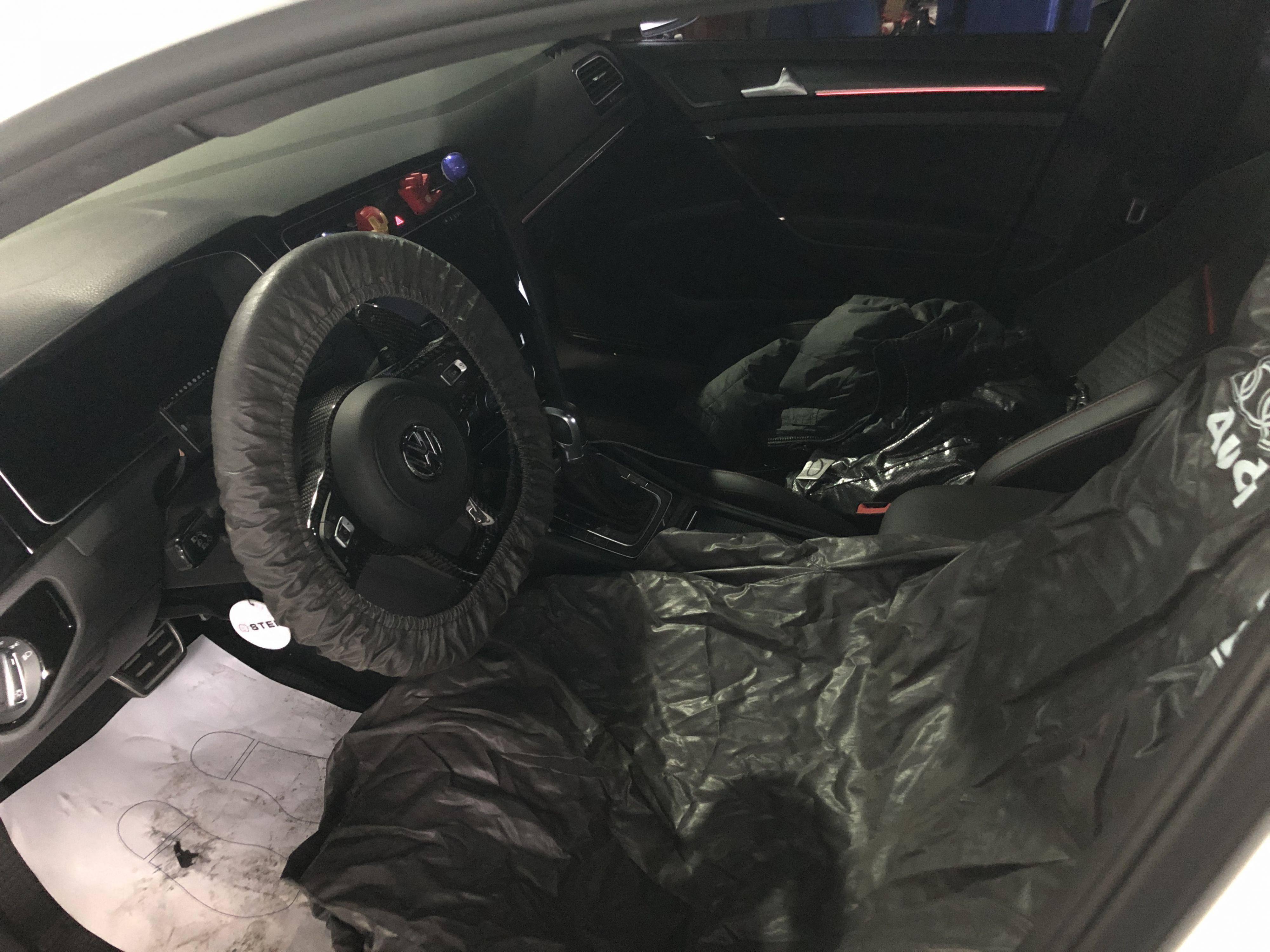 進廠車輛只要有拆卸維修項目,林老闆都會鋪上腳踏墊、椅套、方向盤套,相當的用心。