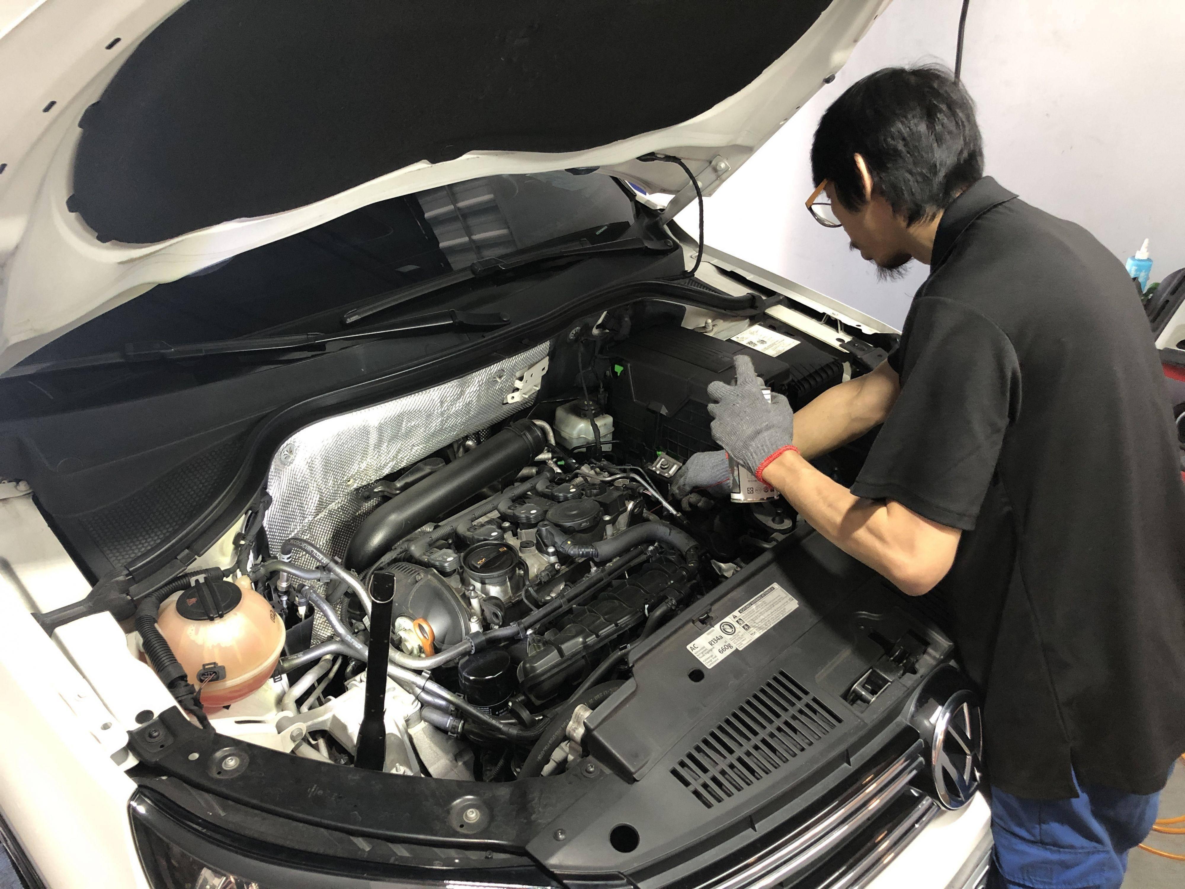 引擎上座墊片漏油維修,施工前林老闆將油漬清洗乾淨以方便施工。