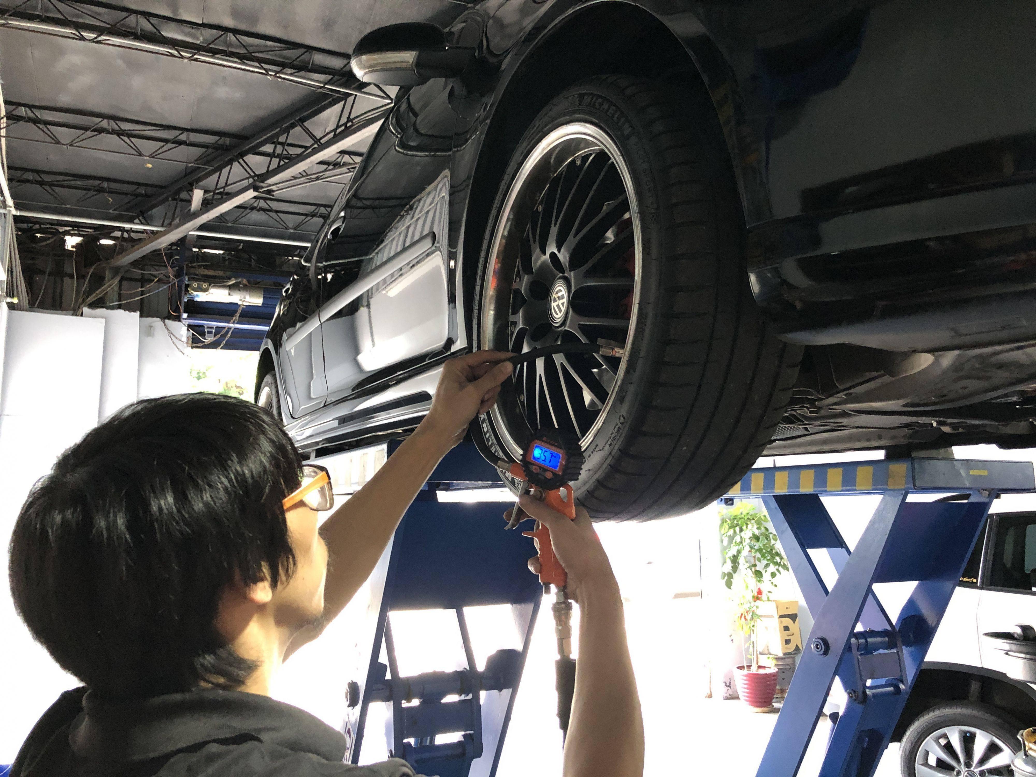 保養完成後,進行胎壓安全檢查項目,讓車廠車輛行駛更安心。