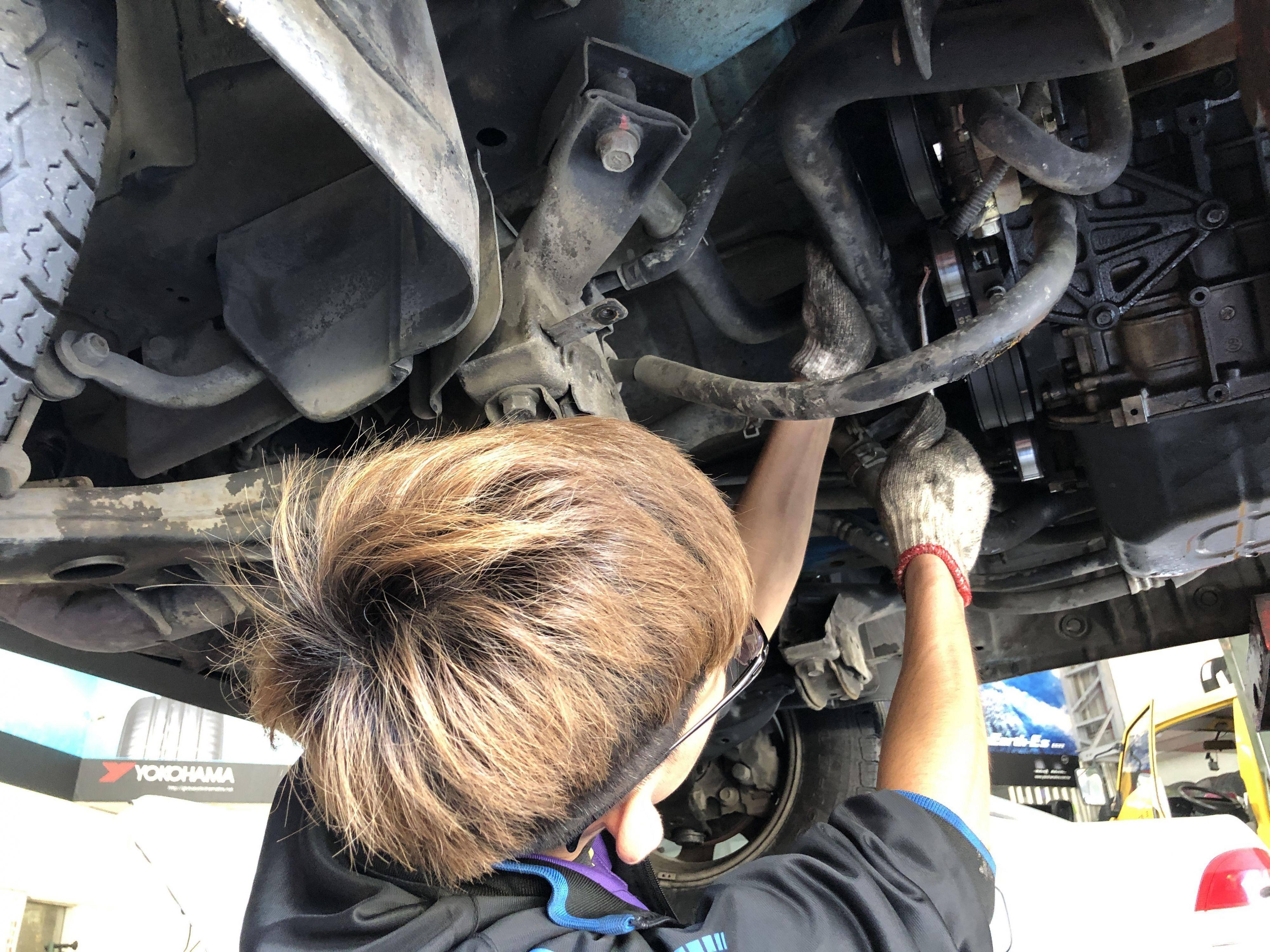 車輛引擎皮帶惰輪施工更換情況。