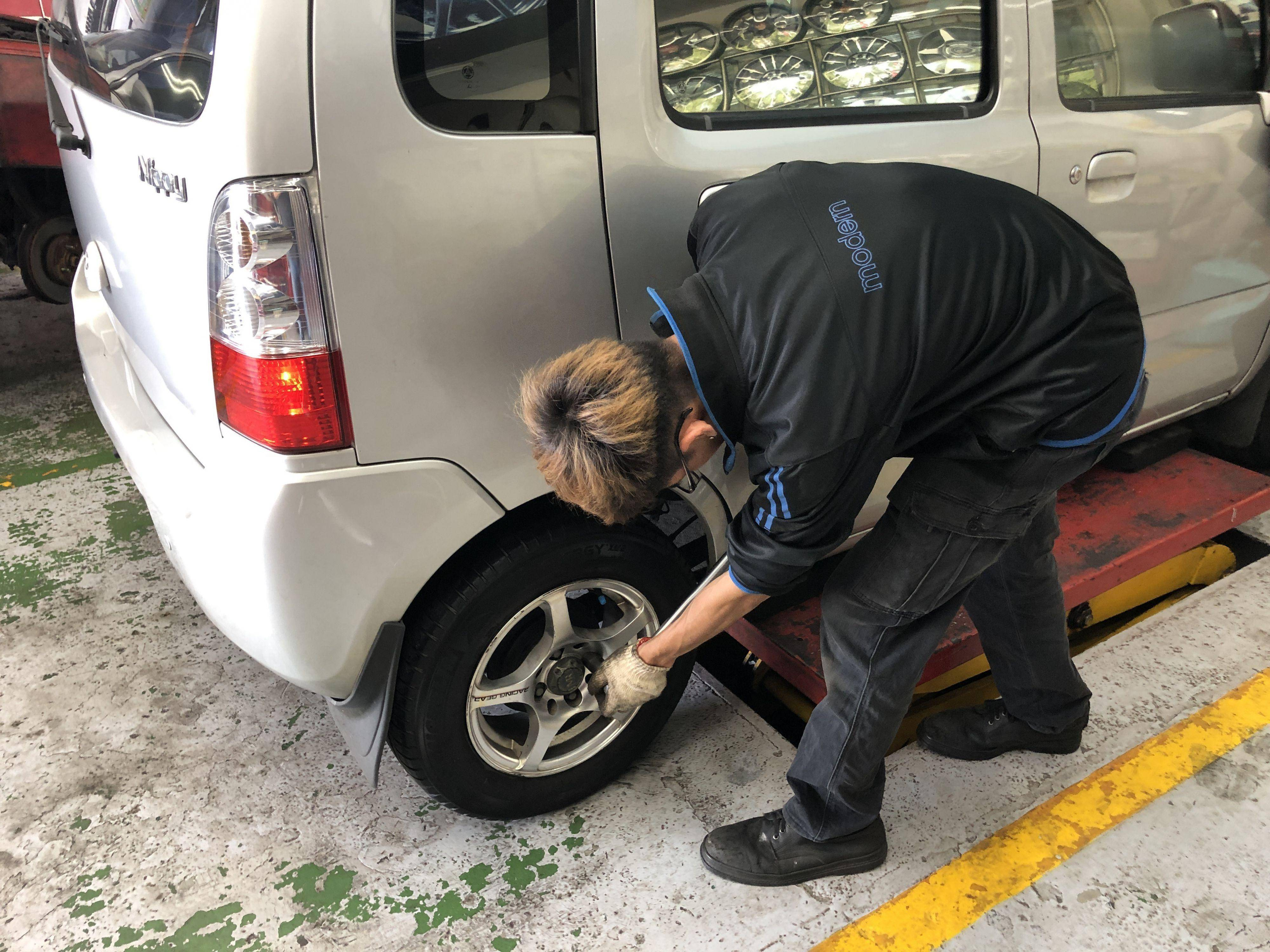 車輛出廠前,技師檢查輪胎螺絲磅數是否正確打上,非常細心。