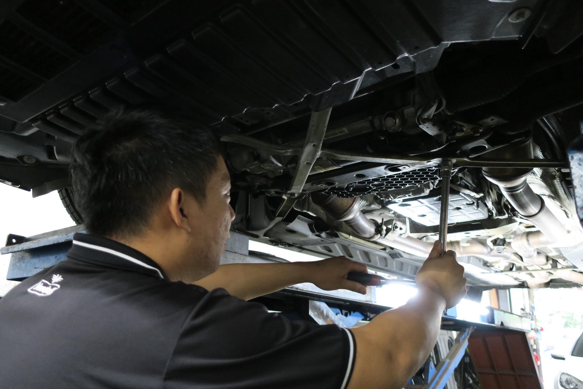 台北華成汽車BENZ C系列底盤異音查修施工,工字樑拆卸情況
