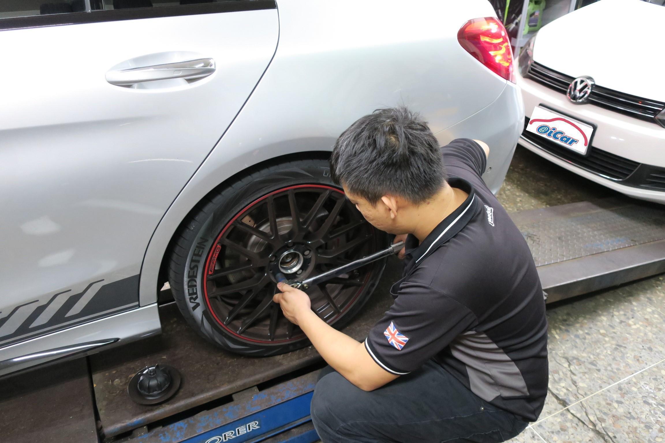 台北華成汽車完工後進行安全檢查,確認胎壓及輪胎固定螺絲