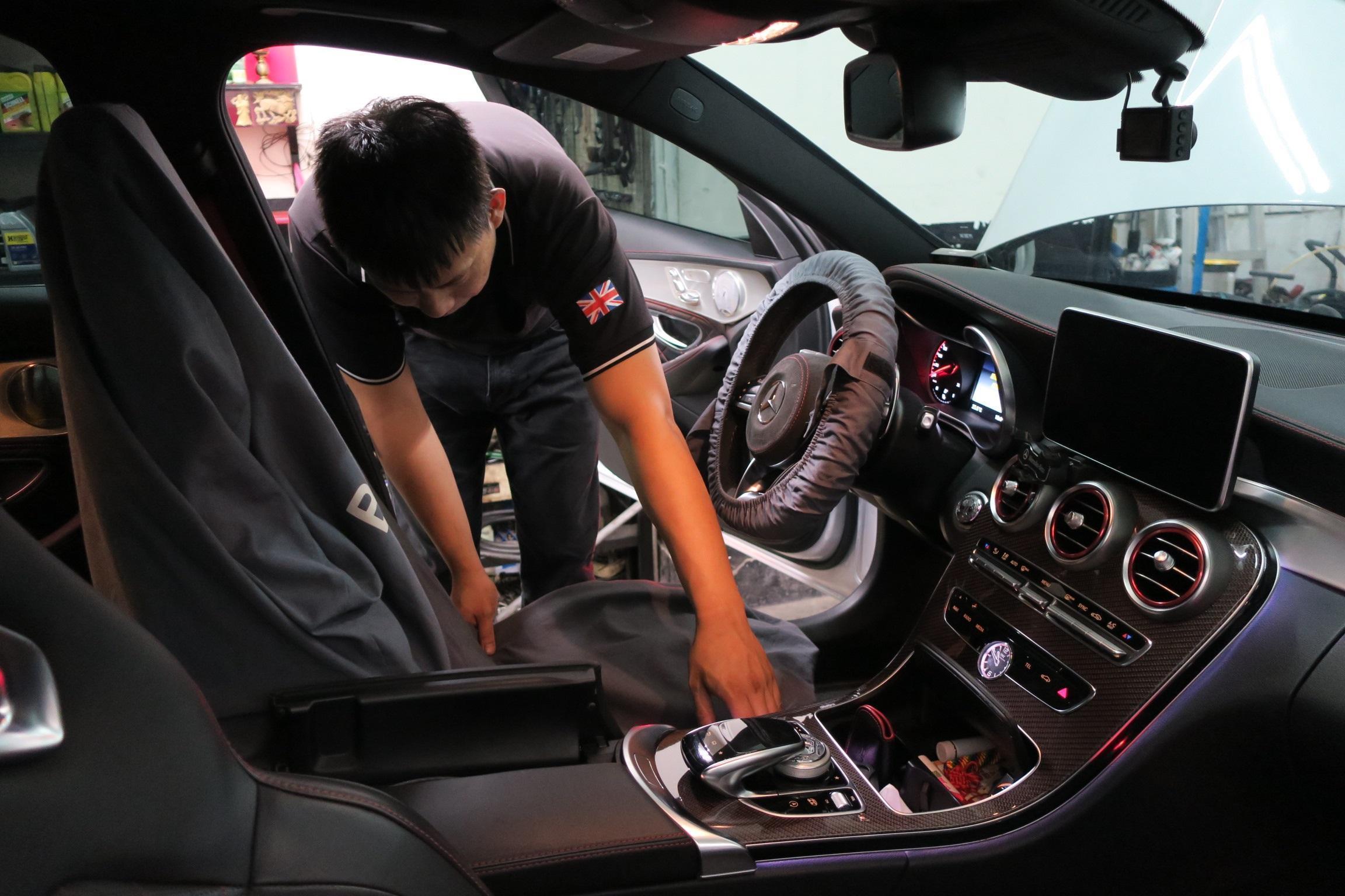 台北華成汽車進廠車輛都會鋪上防汙套,所有流程都按照賓士原廠規格進行
