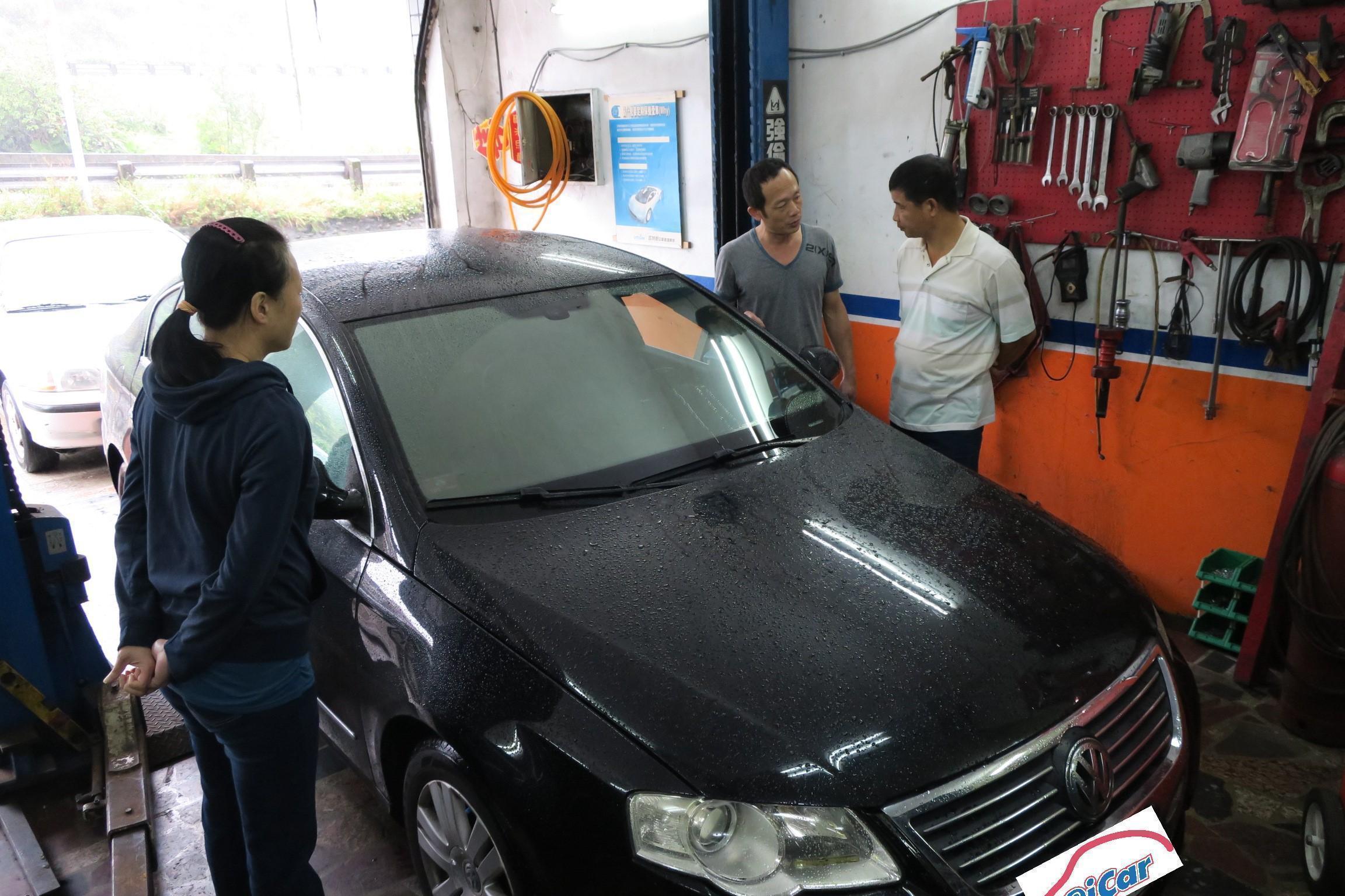 張老闆正向車主說明故障原因與修復方式。豪德汽車