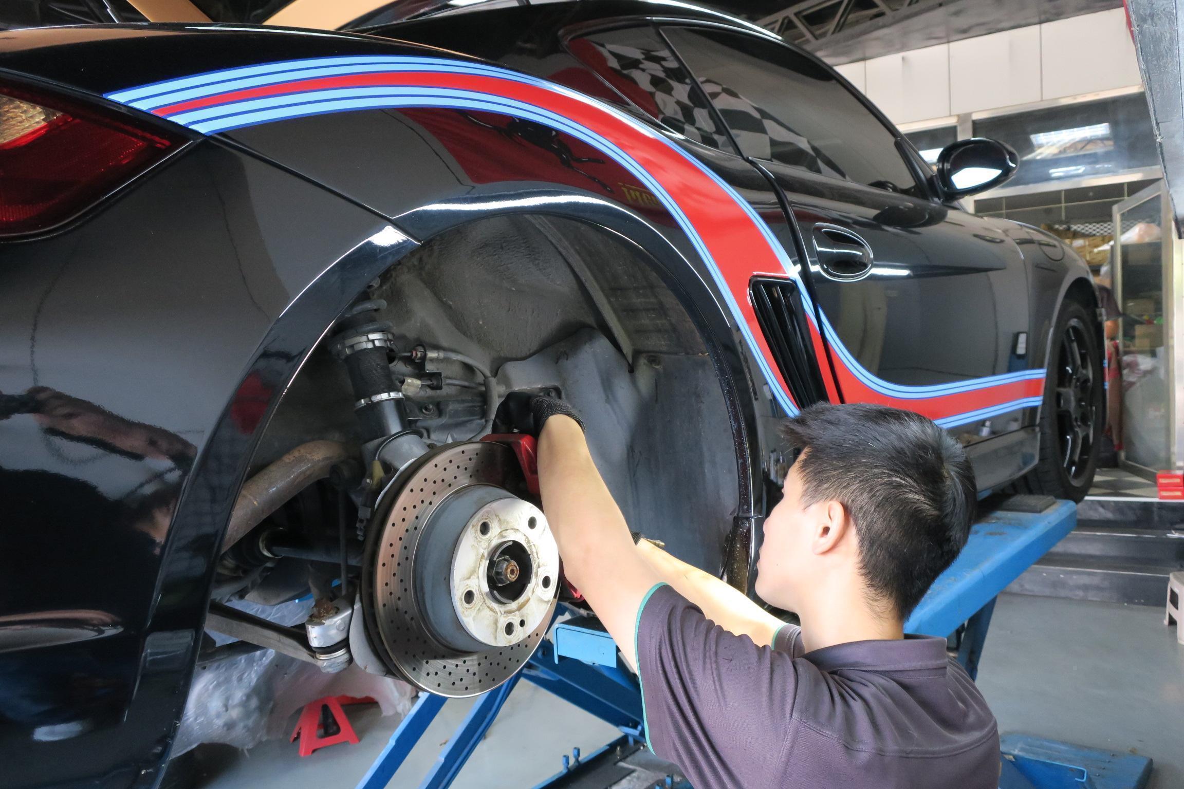 PORSCHE CAYMAN煞車皮更換施工。