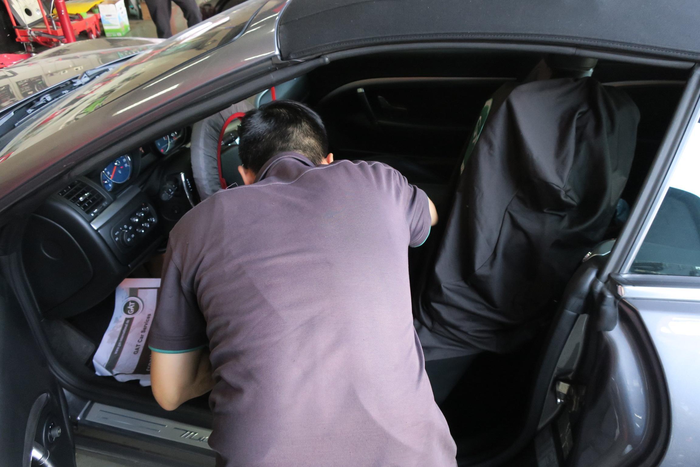 進廠後為車輛裝上椅套、方向盤套、踏墊,讓車輛在施工碰觸導致染污。