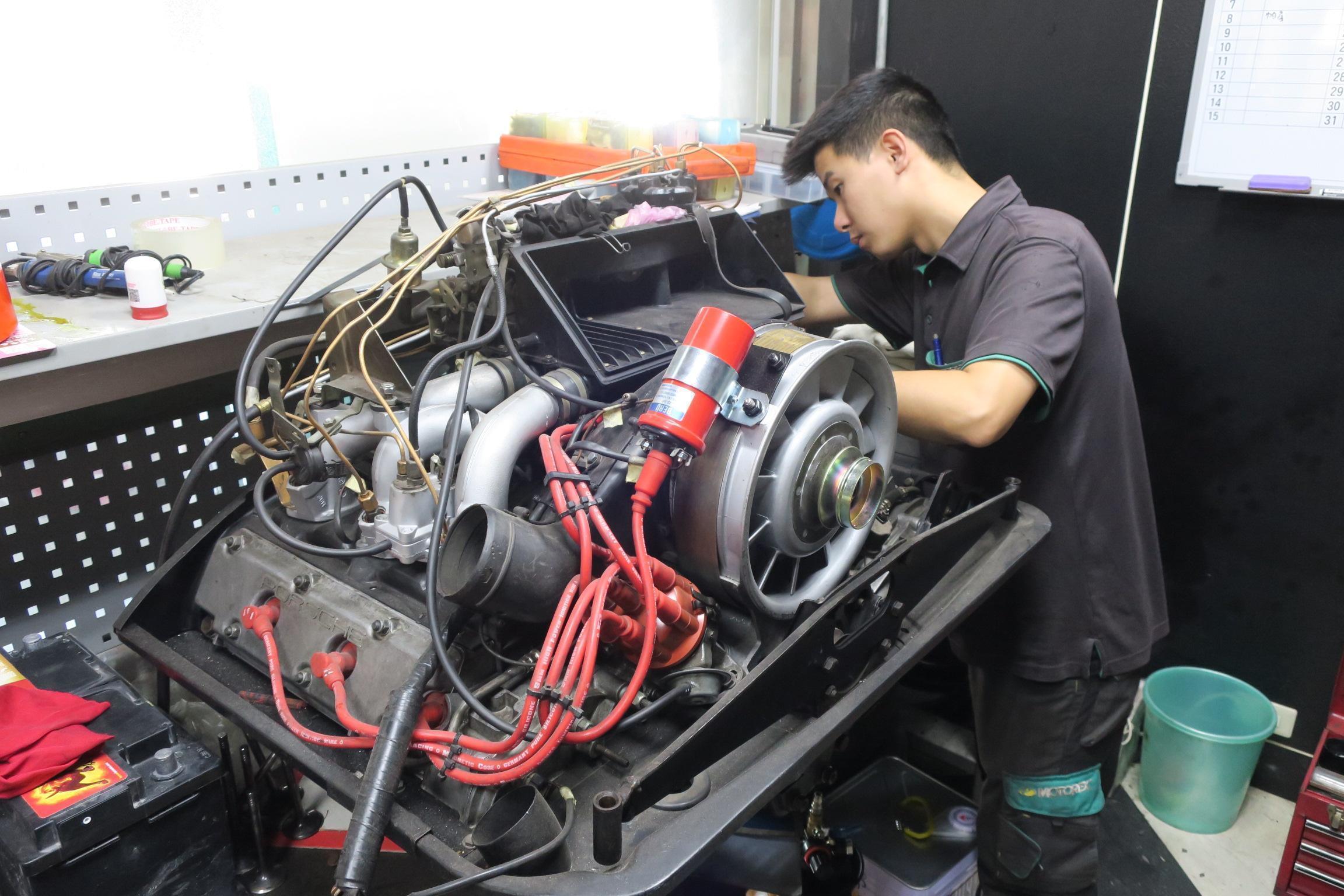 PORSCHE引擎大修施工情況,備有專屬的引擎變速箱維修室,能有效防止塵灰。