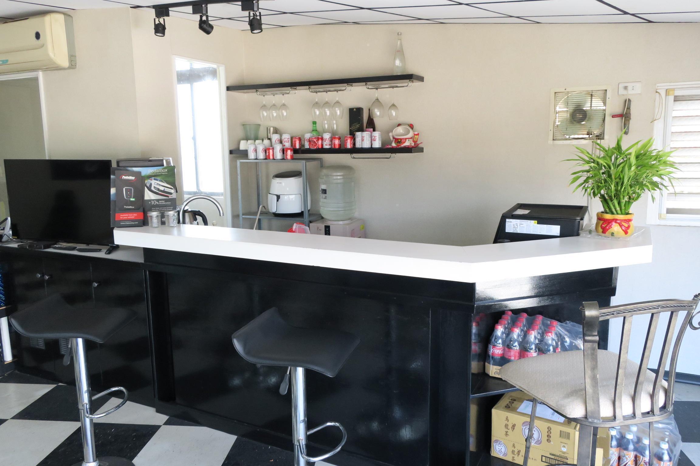 邁仕特國際汽車二樓休息區備有吧檯,提供可樂等冷飲與香濃咖啡喔。