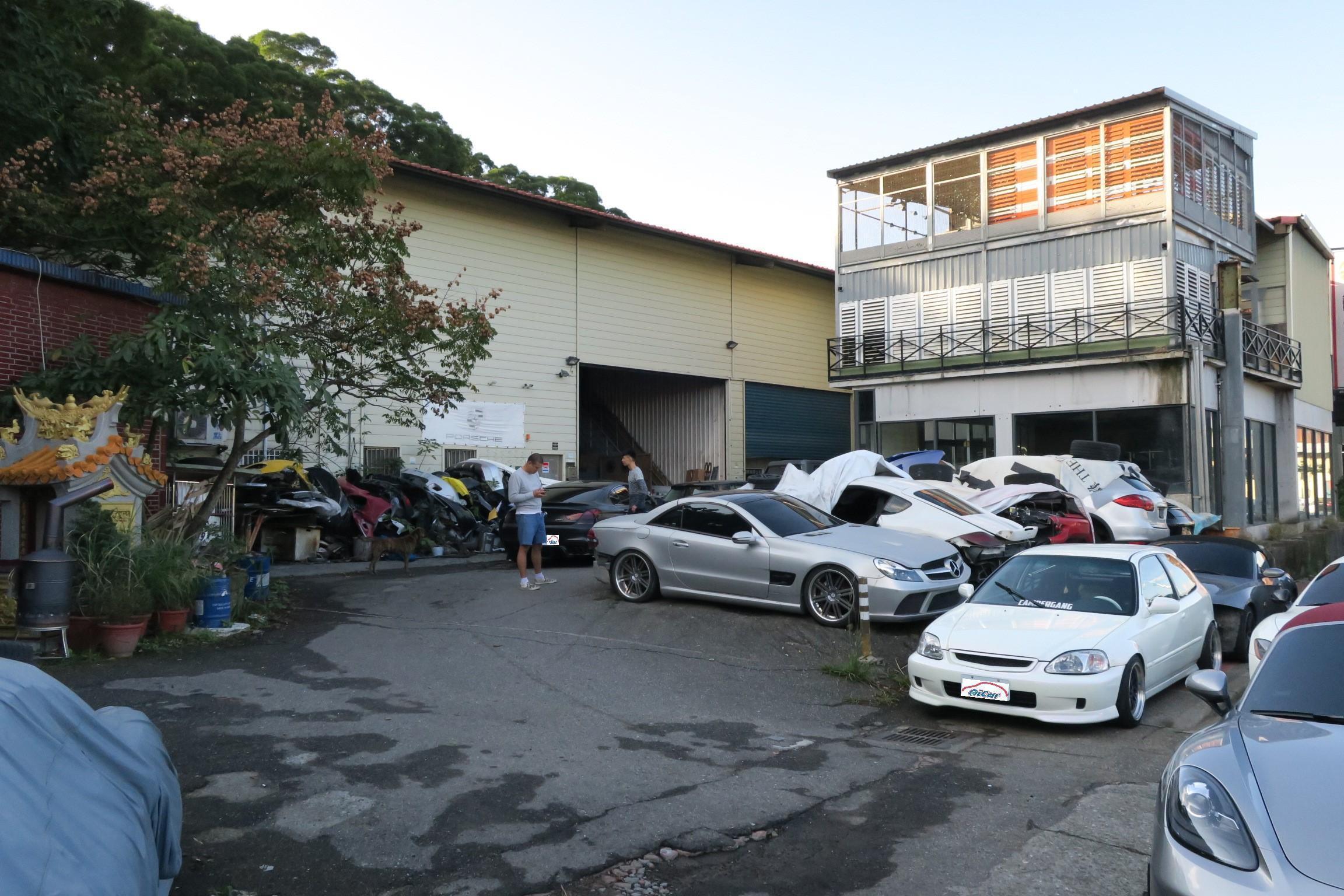 中午剛開門的奇岩自動車已有車主在排隊等待了。