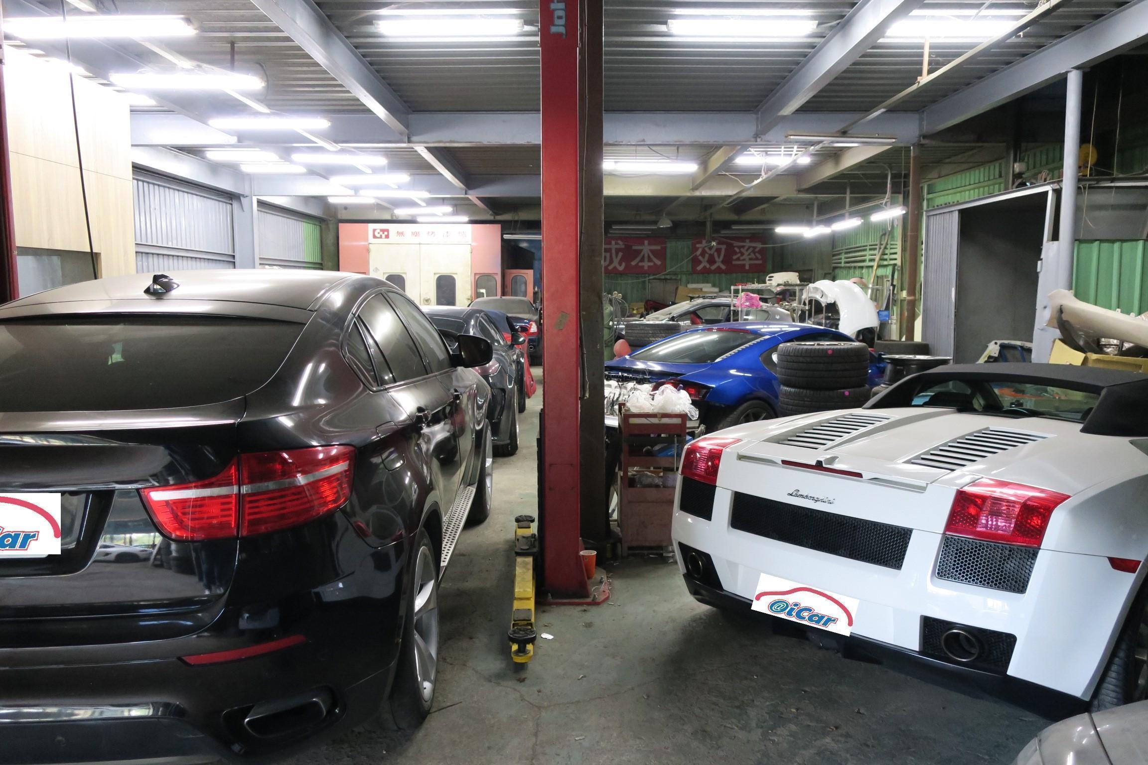 右側鈑烤與車輛整備區,一堆車跑等著進行安裝空力套件,細膩的工法讓車主甘願排隊等待。