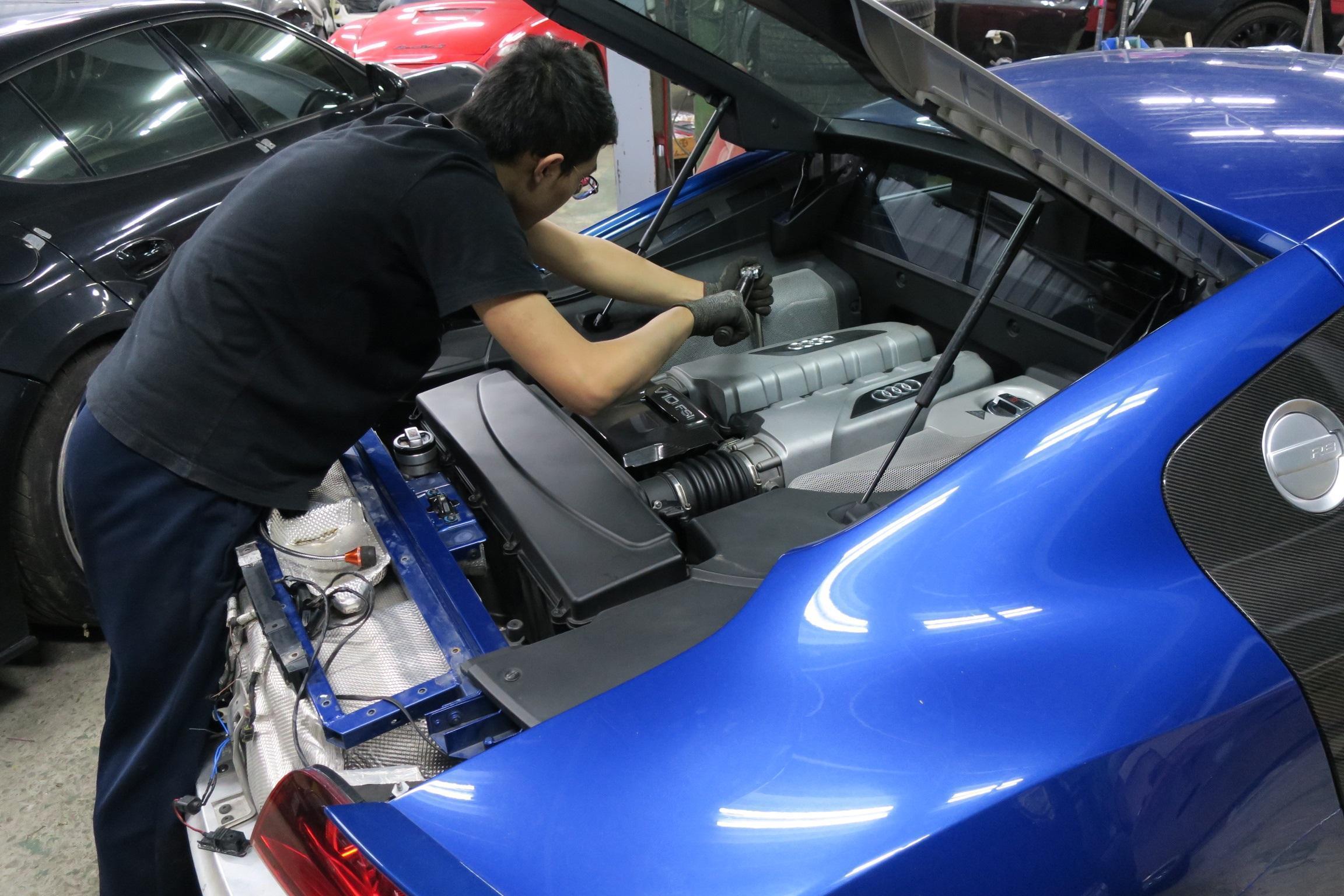 奇岩自動施工完成後還有專人進行螺絲磅數檢查,施工妥善率讓車主相當放心。