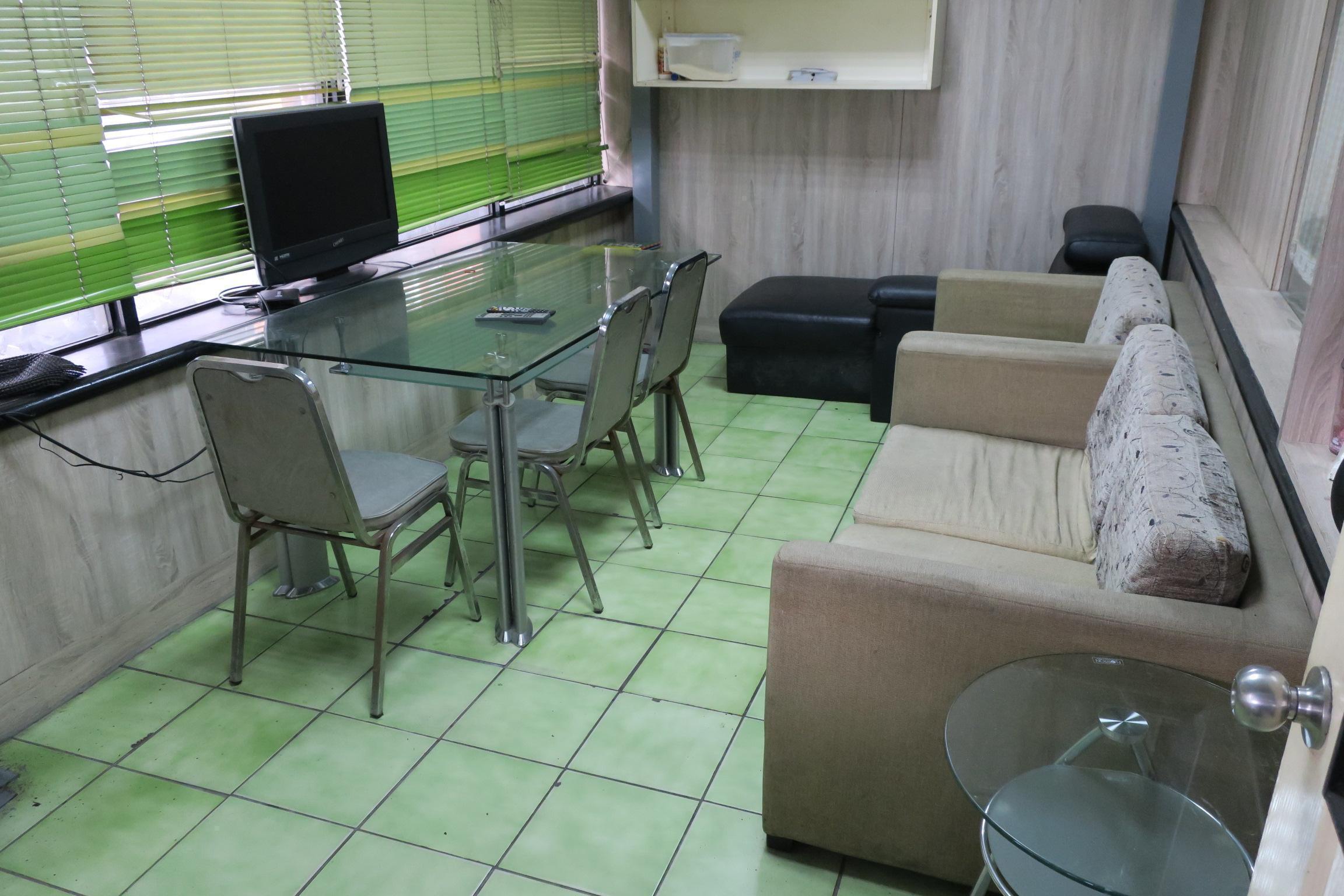 樺業汽車主休息區,備有舒適的沙發與貴妃躺椅唷!