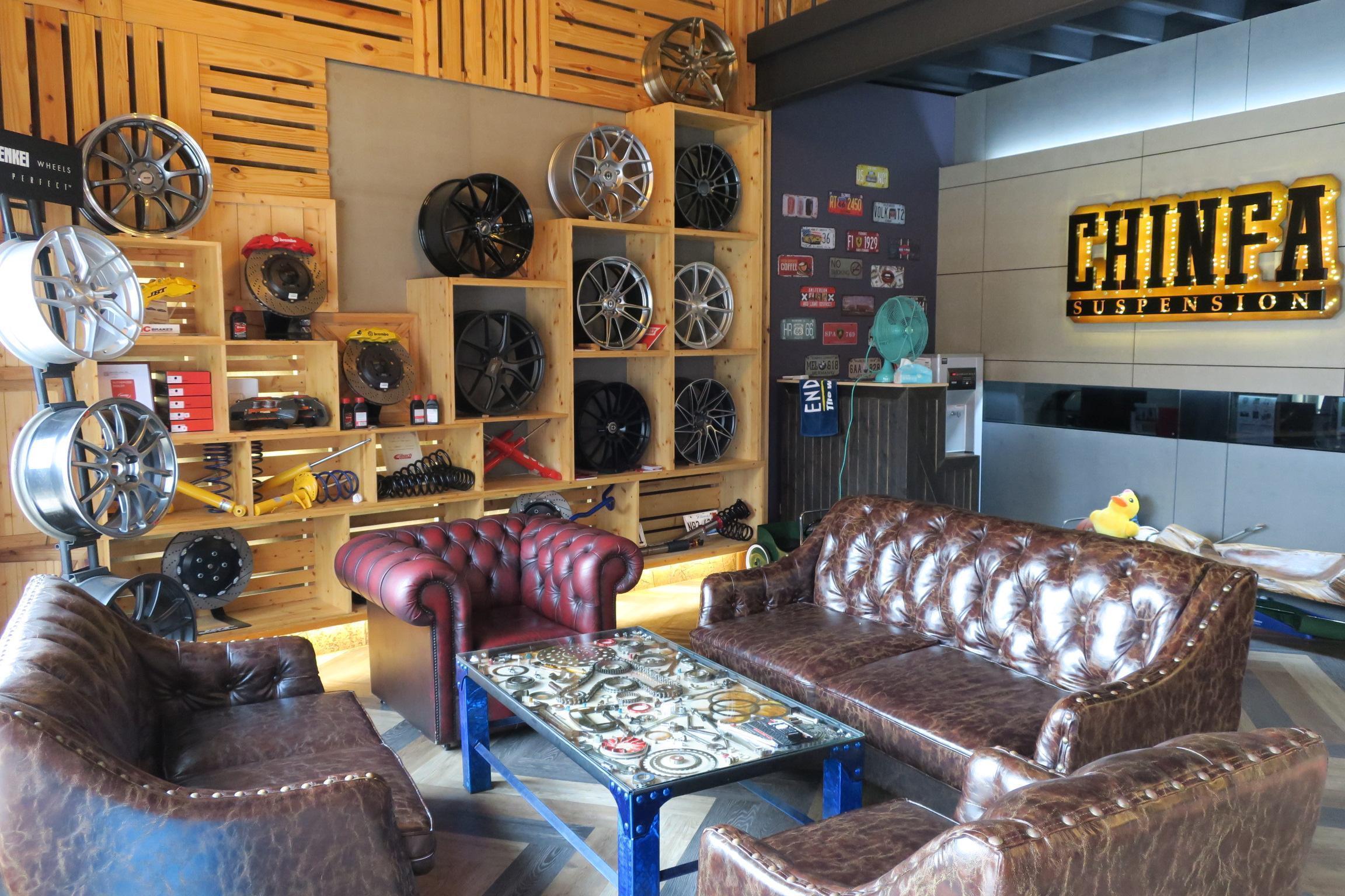 進發柏仕車業室內休息區,舒適與風格讓許多車主相當滿意,配上一杯熱咖啡就是一種享受。