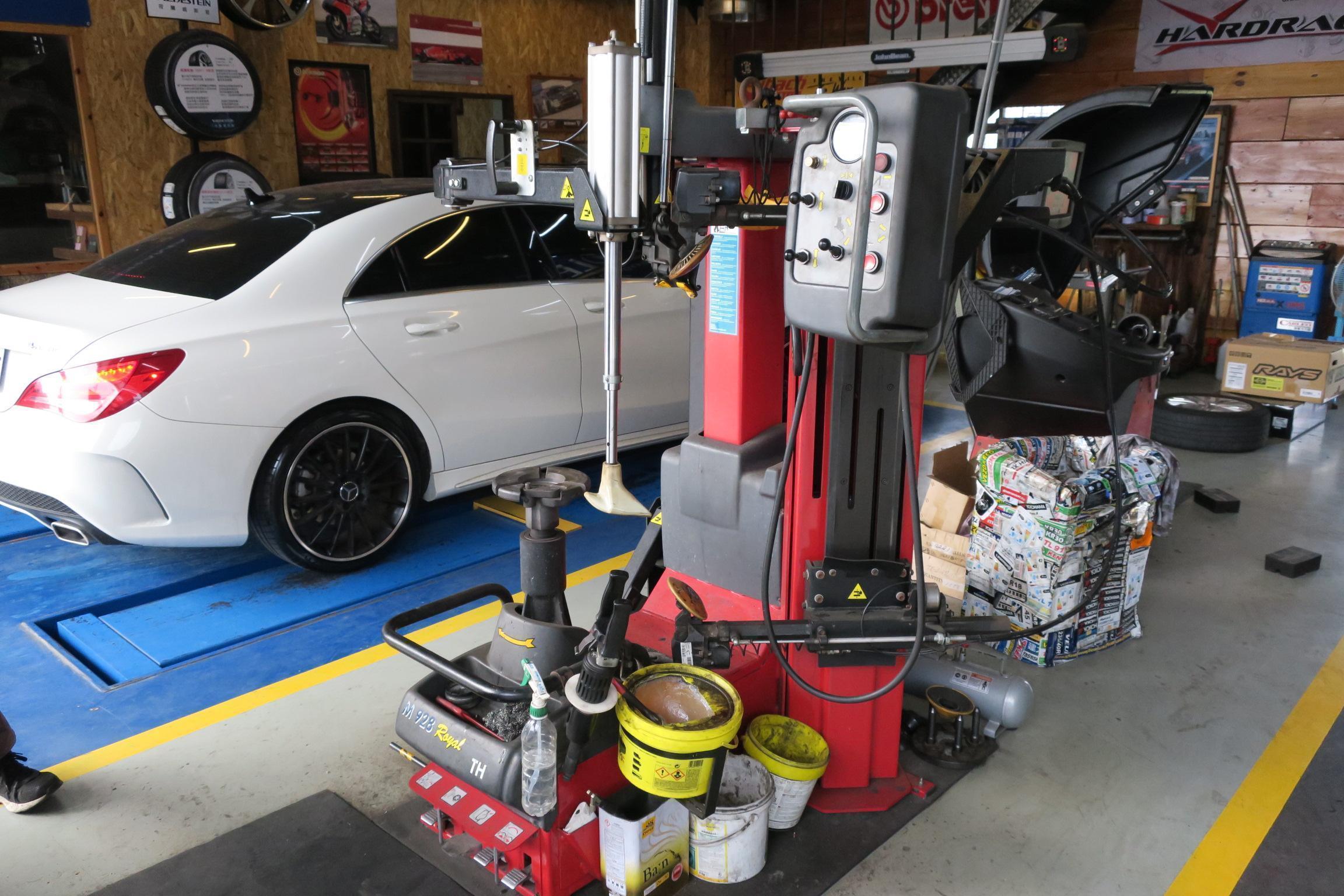 進發柏仕車業廠內左測備有全載升降台,用於四輪定位及底盤調教工程專用。