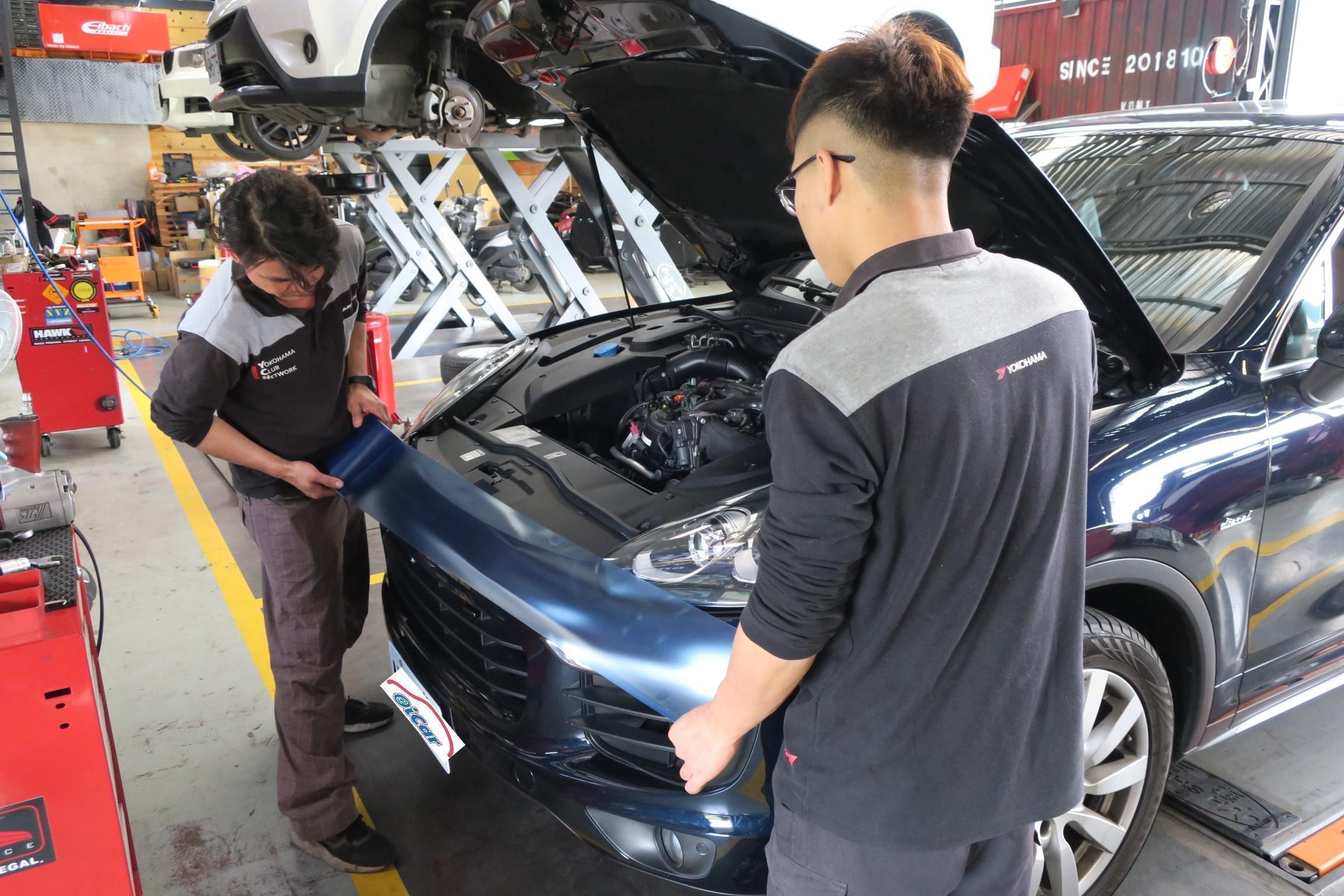 施工區域會先貼上防刮磨,在進行車輛維修施工。