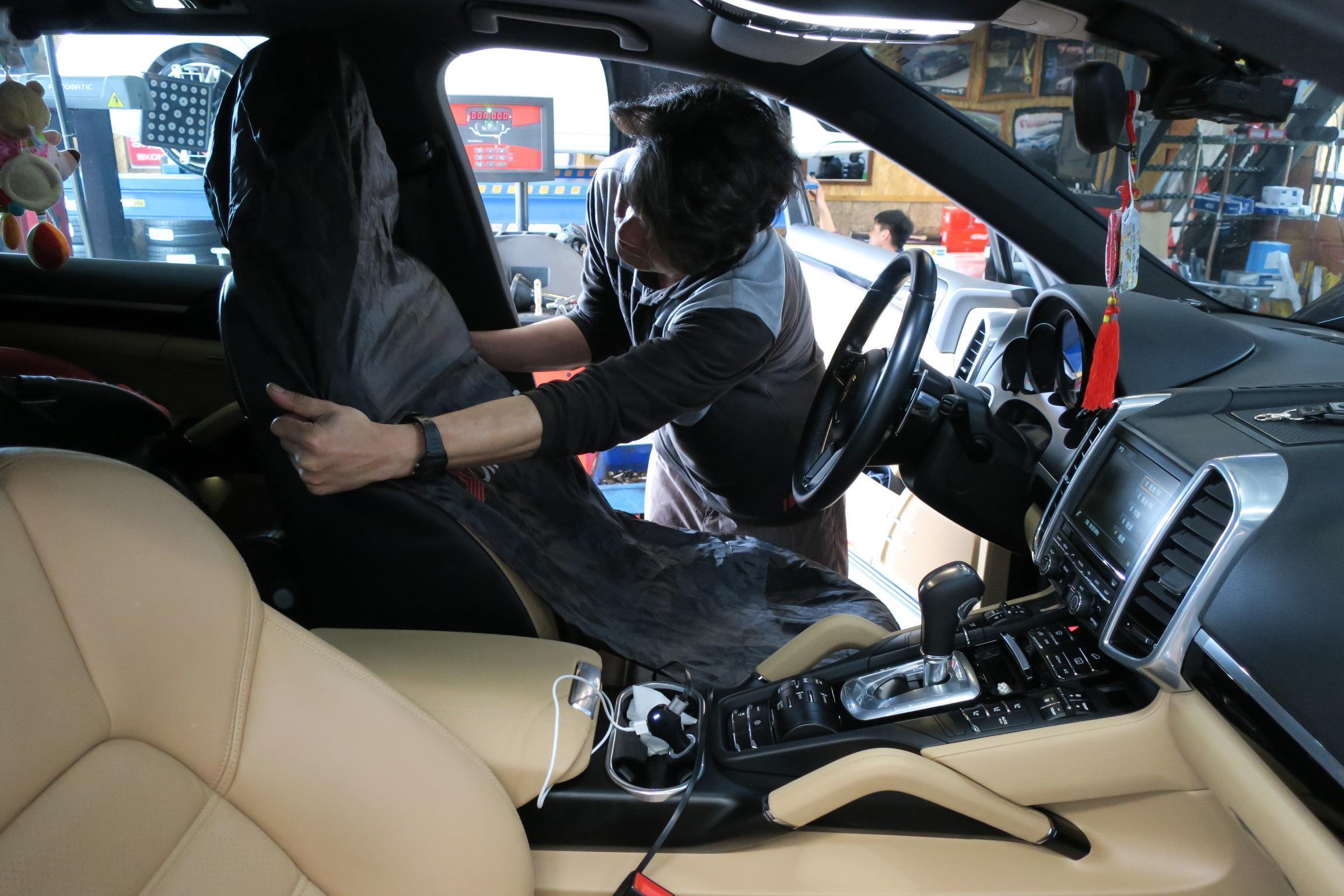 車輛進廠後,會為愛車鋪上防汙椅套,避免座椅沾染油漬。