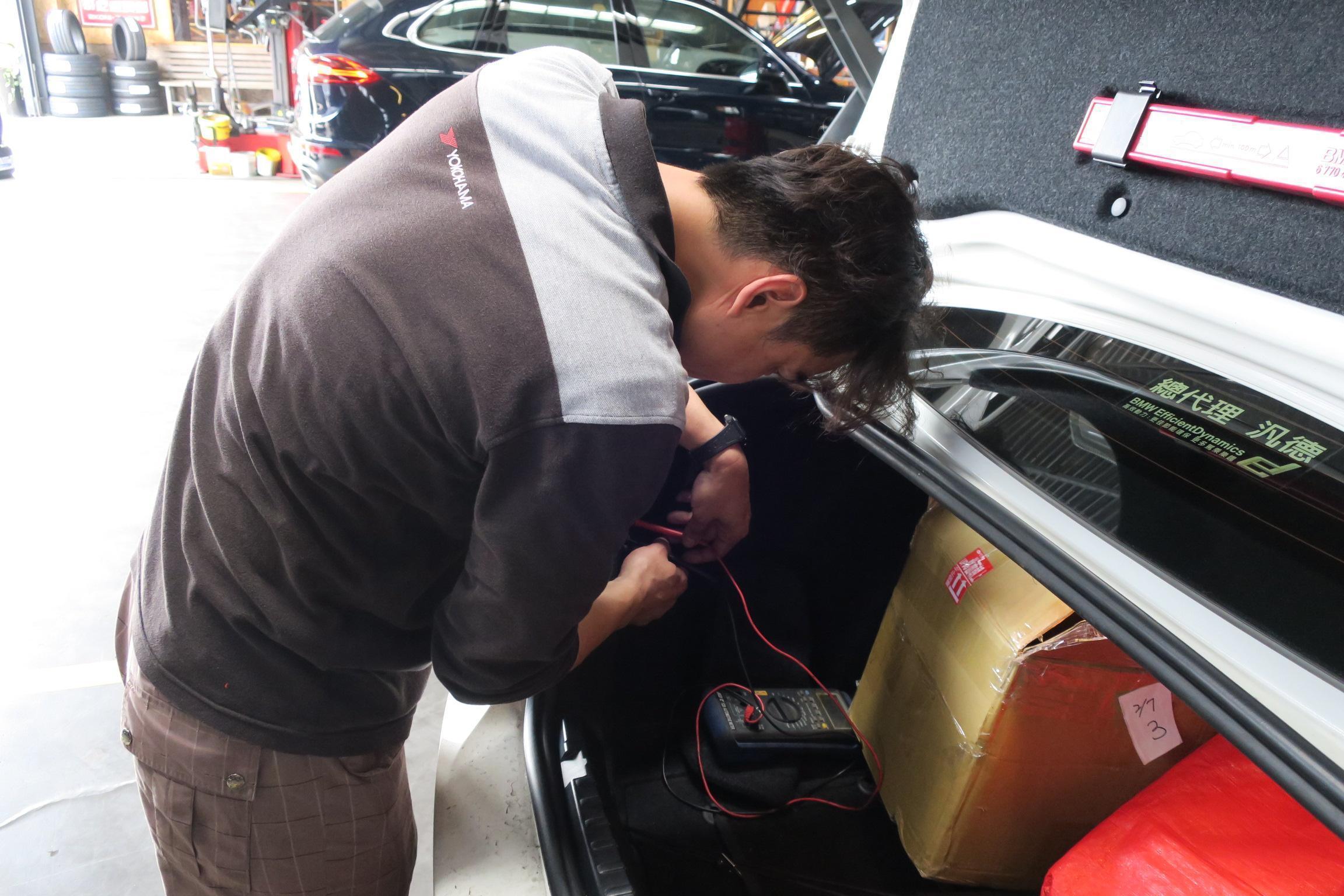 BMW 135i燈組故障線路查修施工。