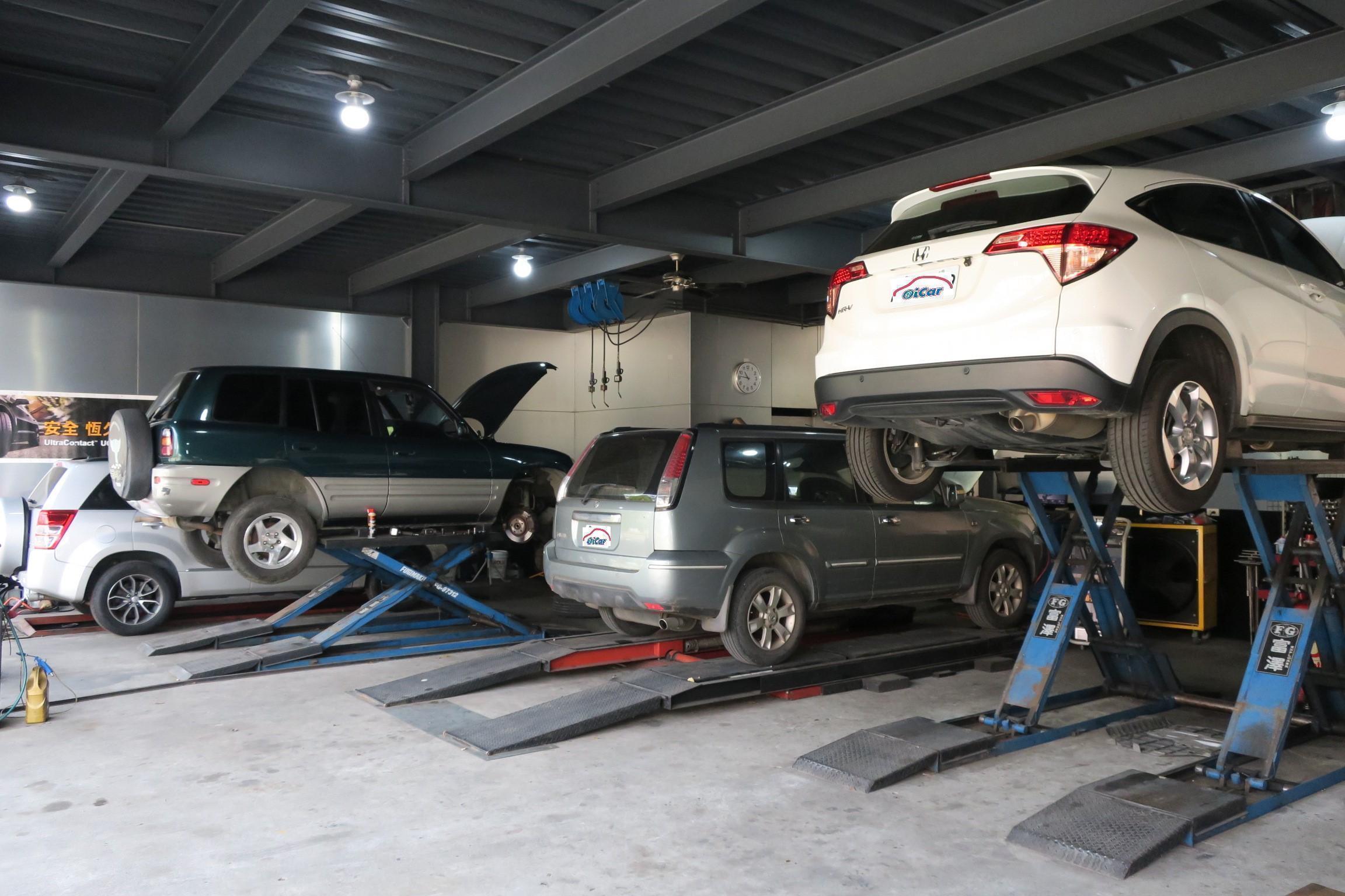 (圖3)富全汽車修護設備相當的齊全,天花板上還有二組保養加油槍組,完全原廠等級設備。