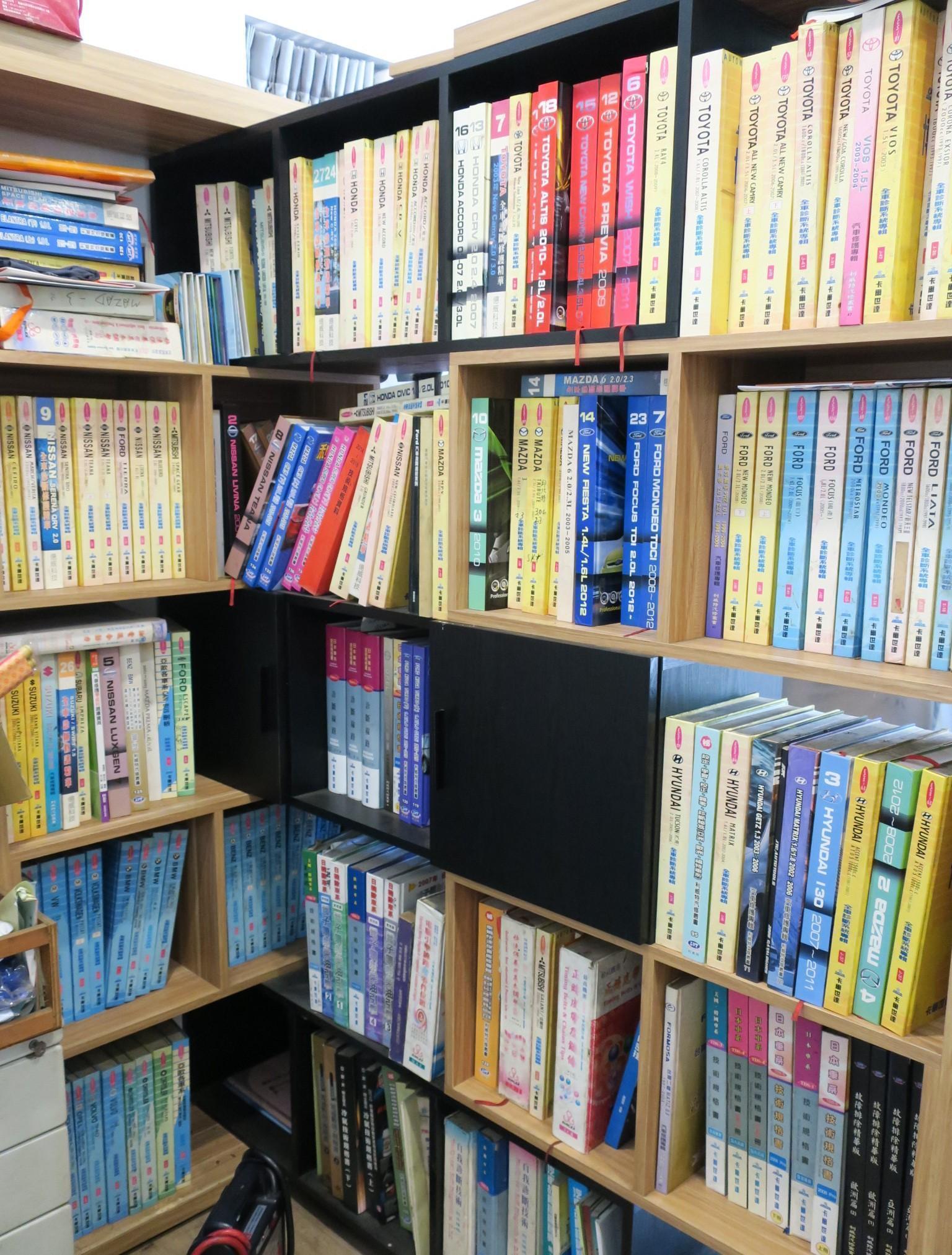 (圖21)陳老闆書架上全是技術書籍,不斷得進行提升學無止境。