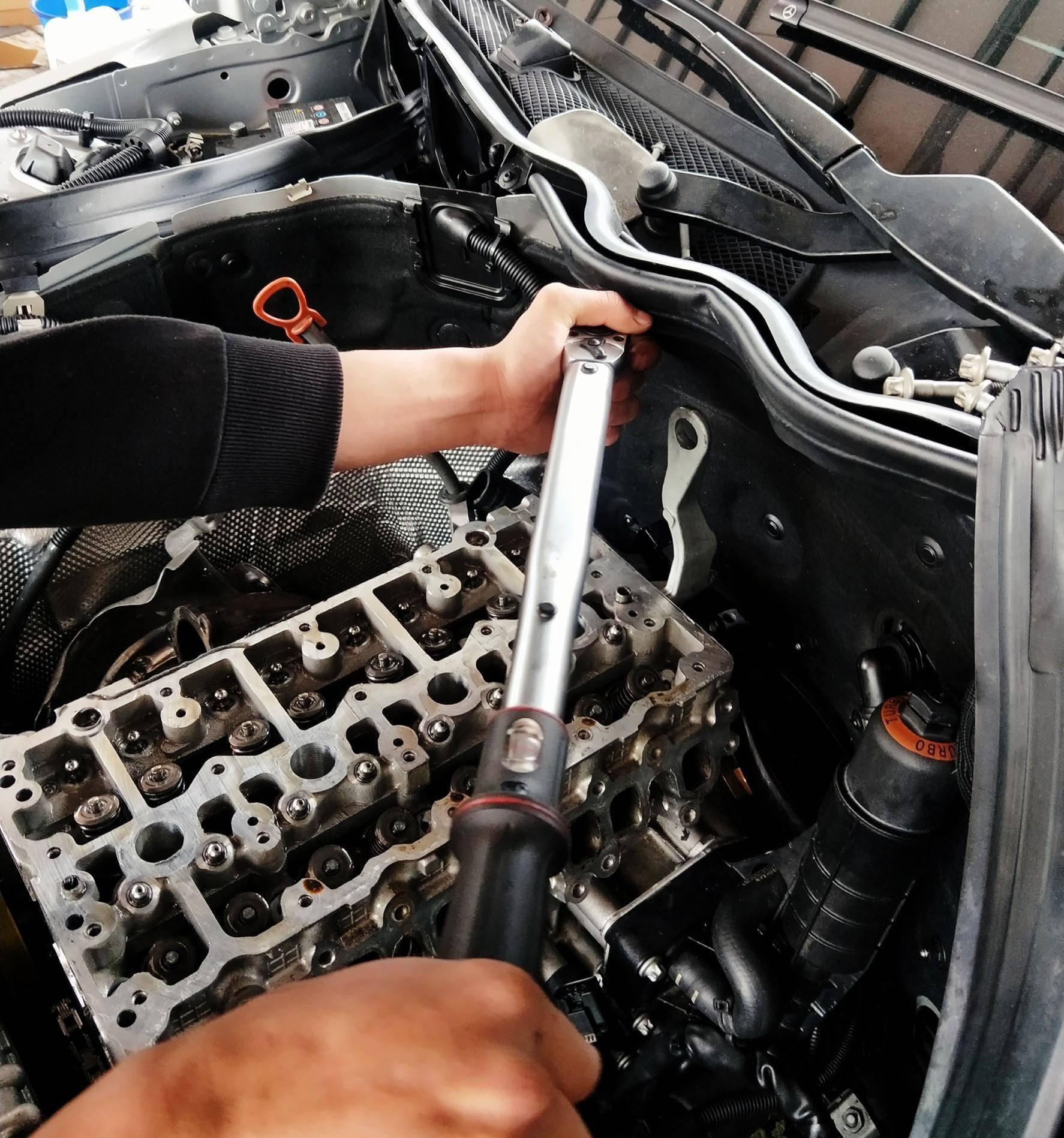 台北華成汽車BENZ 引擎大修施工,所以螺絲何老闆都會按原廠規定磅數鎖上